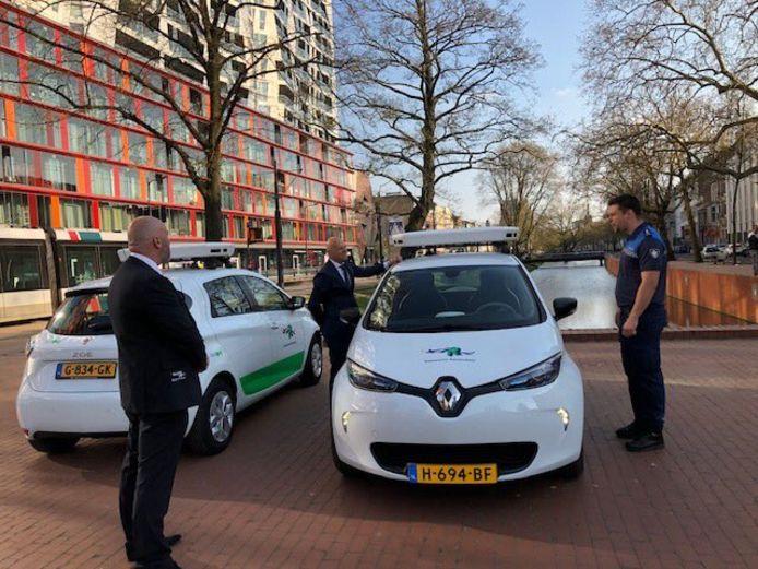 Wethouder Wijbenga bij de auto's die extra surveilleren.