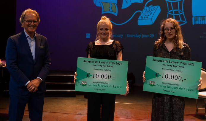 Voorzitter Ton Rombouts rijkte de Jacques de Leeuwprijs 2021 uit aan Roos Pierson en Eveline Vervliet