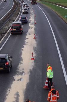 Vrachtwagen verliest zaagsel op de A28