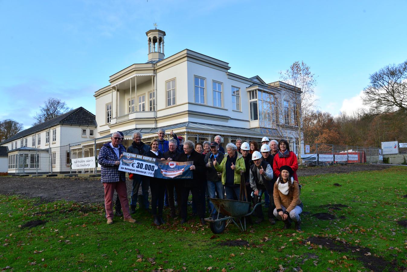 Vrijwilliger van Ockenburgh nemen een cheque van 30.000 euro van de stichting Arie Kuiper Fonds in ontvangst