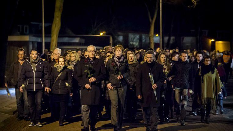 Burgemeester Joop Alssema (L) van de gemeente Staphorst en burgemeester Jan Westmaas (R) van de gemeente Meppel lopen voorop in de stille tocht. De tocht werd in december gehouden voor Fleur Bloemen, het 15-jarige meisje dat zelfmoord pleegde na gepest te zijn. Beeld ANP