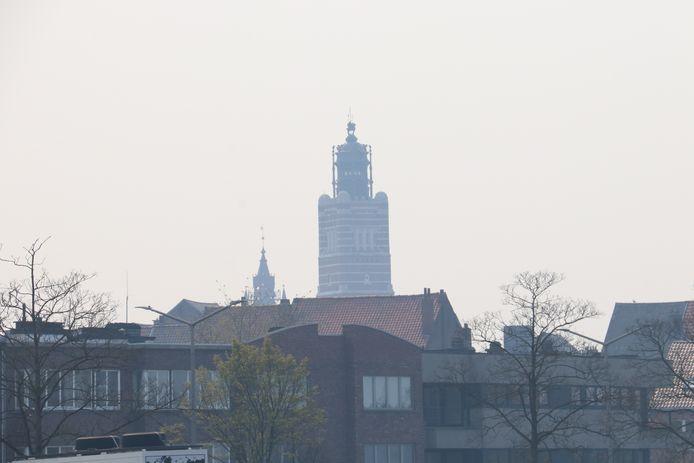 Het justitipaleis in Dendermonde zit gehuld in een hevige mist door de brand in Brecht.