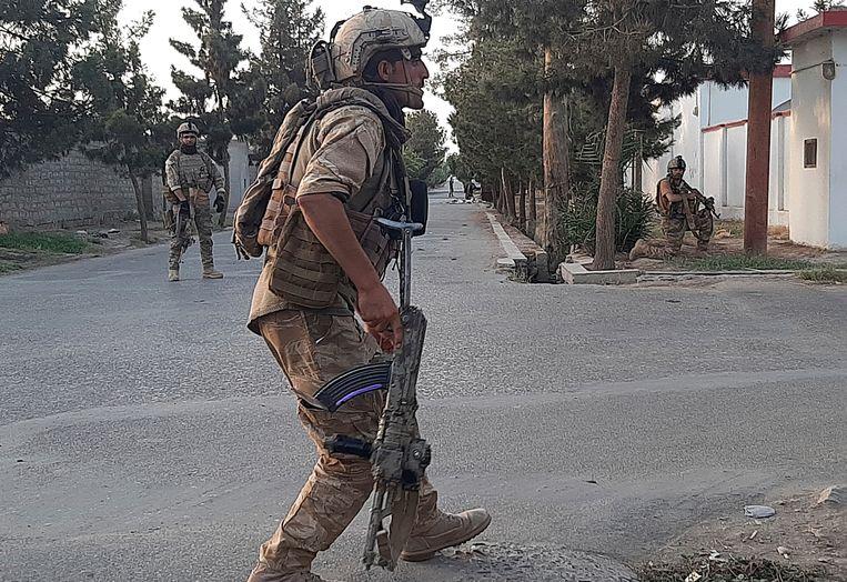 Afghaanse soldaten in Lashkar Gah. De Taliban staan op het punt de stad in te nemen. Beeld AP