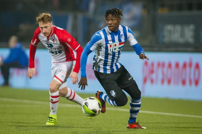 FC Emmen-speler Youri Loen met Augustine Loof van FC Eindhoven.