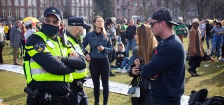 Protest op het Museumplein: 'Vaccineren? Corona maakt mij niet dood'