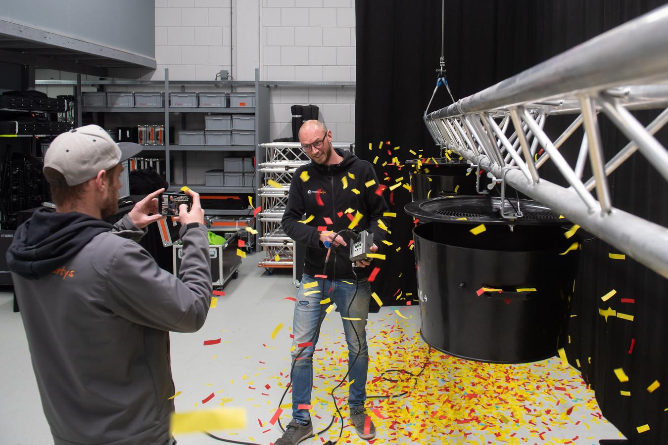 Nu alle opdrachten van Master Partys licht en geluid zijn gecanceld nemen Jeroen Onrust (r) en Luuk Kramer instructiefilmpjes op hoe de apparatuur te bedienen. In dit geval betreft het een confettimachine.