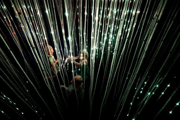Lichtkunstenaars krijgen in de Eindhovense Piazza de kans om, buiten lichtfestival Glow om, hun installaties te laten beleven.