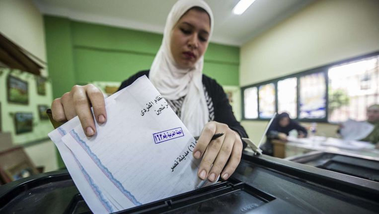 Een vrouw stemt in november bij de parlementsverkiezingen. Beeld AFP