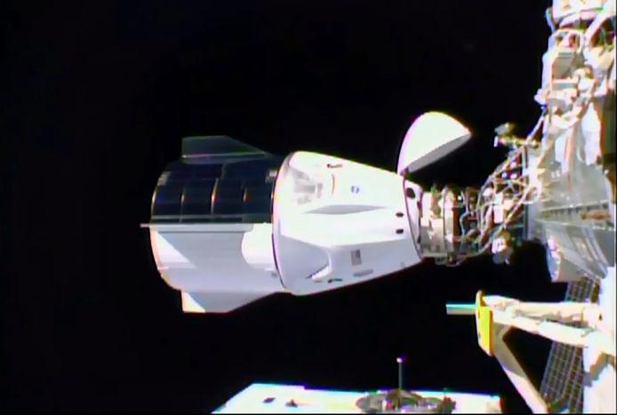 De Crew Dragon koppelt succesvol aan bij het ISS.
