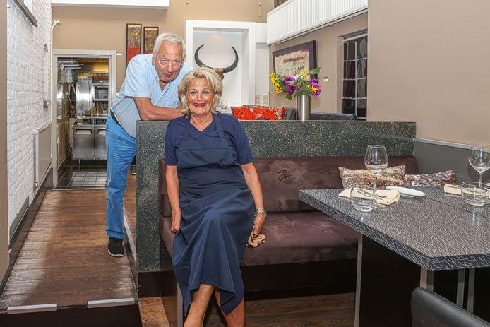 Gerda Ronk (67) en echtgenoot en gastheer Dirk Huizinga (73) liepen in Zwolle voorop met sushi, sashimi en streetfood op de kaart in hun restaurant, maar willen nu van hun vrijheid genieten.