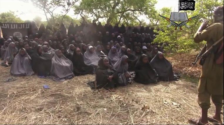 Eerder dit jaar werden meer dan driehonderd meisjes ontvoerd door de terroristische beweging Boko Haram. Dit is een foto van de video die de beweging vrijgaf op twaalf mei. De Nigeriaanse overheid beloofde een vors geldbedrag voor tipgevers over de verblijfplaats van de meisjes. Beeld AP