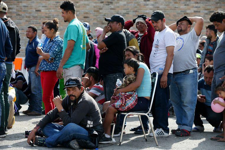 Migranten uit Midden-Amerikaanse landen wachten in Mexico op registratie. Ze hopen door te kunnen reizen naar de Verenigde Staten. Beeld AP
