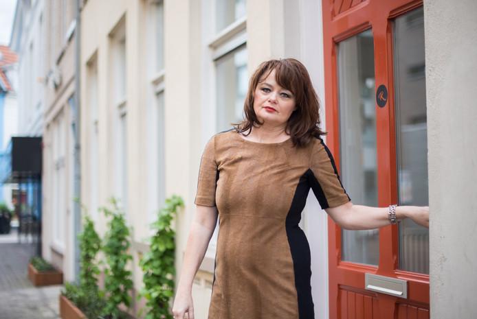Angelique van den Berg bij de deur die toegang heeft tot haar Droombankje.