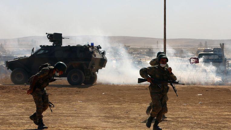 Turkse militairen nabij de grensovergang Suruc, op 15 kilometer van Kobani. Beeld null