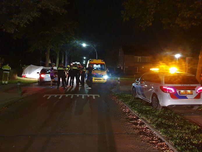 Hulpdiensten op de Oosterweg in Wijchen na het eenzijdige ongeval.