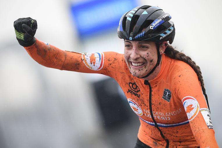 Lucinda Brand komt als eerste over de finish en wint de wereldtitel veldrijden in Oostende. Beeld BELGA