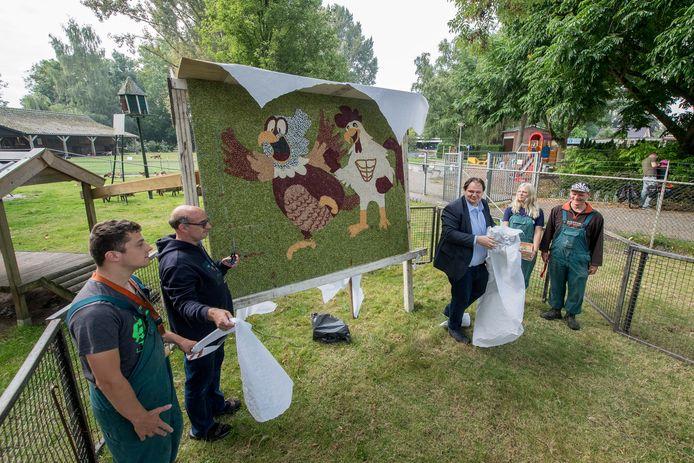 Cliënten van 's Heeren Loo onthullen, samen met corsobaas Laurens Verspuij, een mozaïek van pitten, zaden en meer dat de cliënten hebben gemaakt.