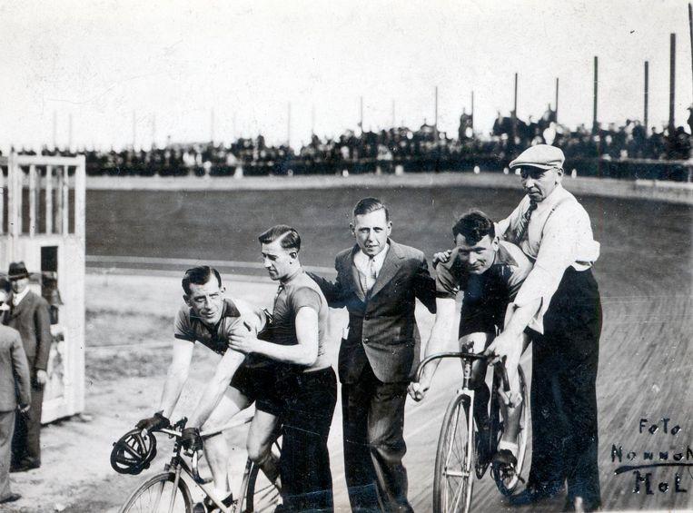 De Molse Velodroom (1934-1937) achter de Statie. Tweede van rechts is Bristol-vedette Gerard Loncke.