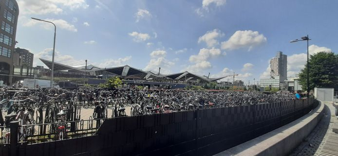 De tijdelijke fietsenstalling van het Stekelenburgplein.