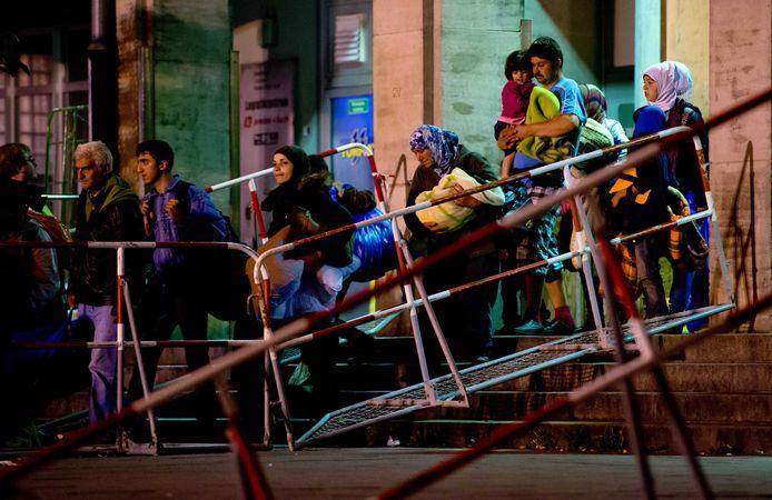 Onder de vluchtelingen die tussen 2014 en 2015 naar Duitsland kwamen, zaten ook zes Syriërs die vanochtend zijn aangehouden voor het beramen van een aanslag.