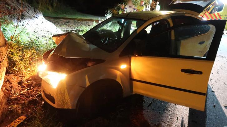 Automobilist gewond nadat auto uit bocht vliegt in Breda