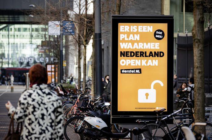 Campagneposter van Herstel-NL in het straatbeeld.