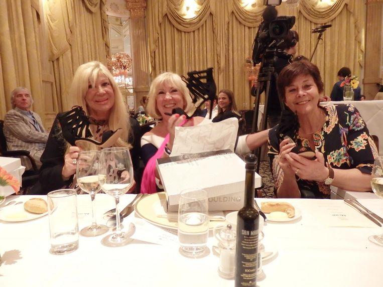 Bruidsjurkenicoon Mary Borsato, zangeres Willeke Alberti en politica Rita Verdonk, alle drie oud-winnaar, met hun nieuwe schoenen Beeld Schuim