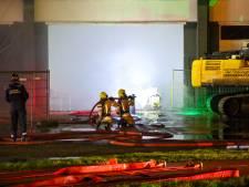 Grote brand in leegstaande loods in Hellevoetsluis onder controle