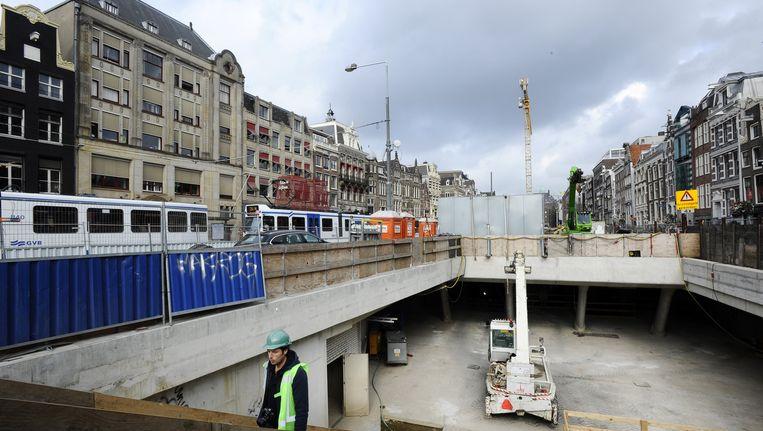 Beeld uit 2014, de bouwput aan het Rokin. Hier krijgen de warenhuizen een eigen metro-uitgang. Beeld anp