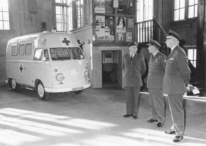 Bevelhebber der Luchtstrijdkrachten Wolff tijdens werkbezoek in de garage van op Luchtmacht Officiers- en Kaderschool (LOKS) op de Trip van Zoudtlandt Kazerne in Breda (1965).