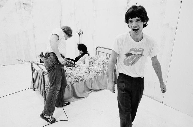 Keith Richards in bed en Mick Jagger in T-shirt in de videoclip Respectable, 1978.  Beeld Getty Images