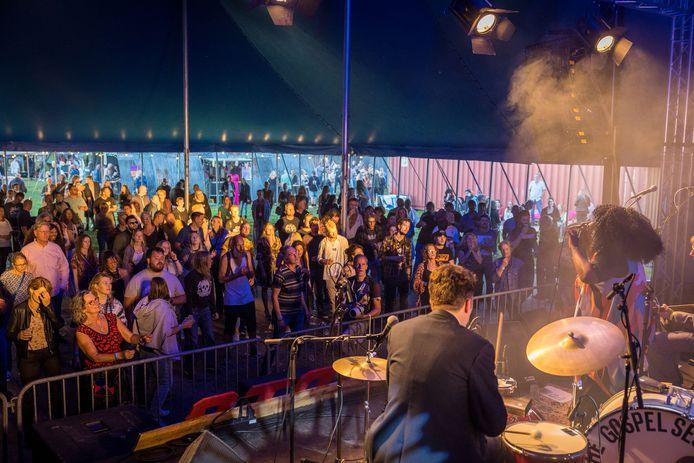 Optreden in de tent tijdens Rock Your Boot, waar het publiek ongedwongen door elkaar kan lopen zonder anderhalve meter afstand te houden.