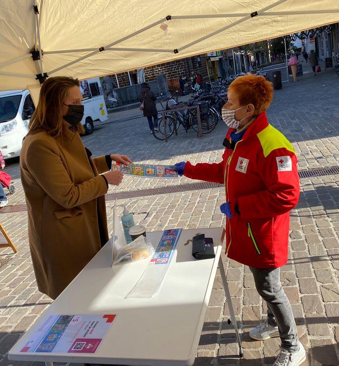 Burgemeester Gwendolyn Rutten steunt het Rode Kruis Aarschot.