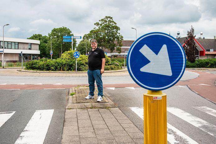 Rijschoolhouder Marco Kamperman bij de rotonde van de Kennedylaan in Nieuwkoop.