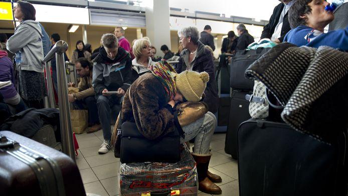 Gestrande passagiers op Schiphol.