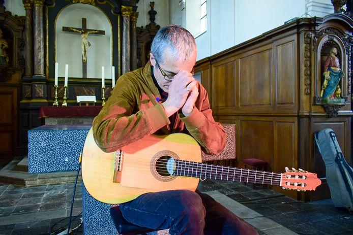 Le guitariste de jazz Quentin Dujardin à l'église de Crupet ce dimanche.