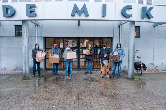 De dokwerkers gingen de pakketten met muffins overhandigen aan het personeel van De Mick.