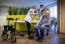 Een bewoner van Residentie Moermont in Bergen op Zoom wordt begin dit jaar gevaccineerd tegen corona.