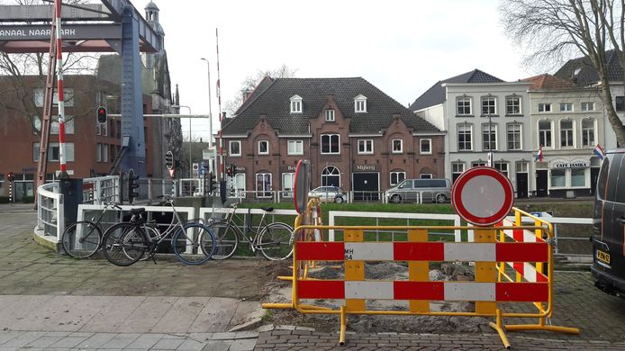 Hoek Hinthamereinde-Zuid-Willemsvaart nadat de omver gewaaide zilveresdoorn is afgevoerd.