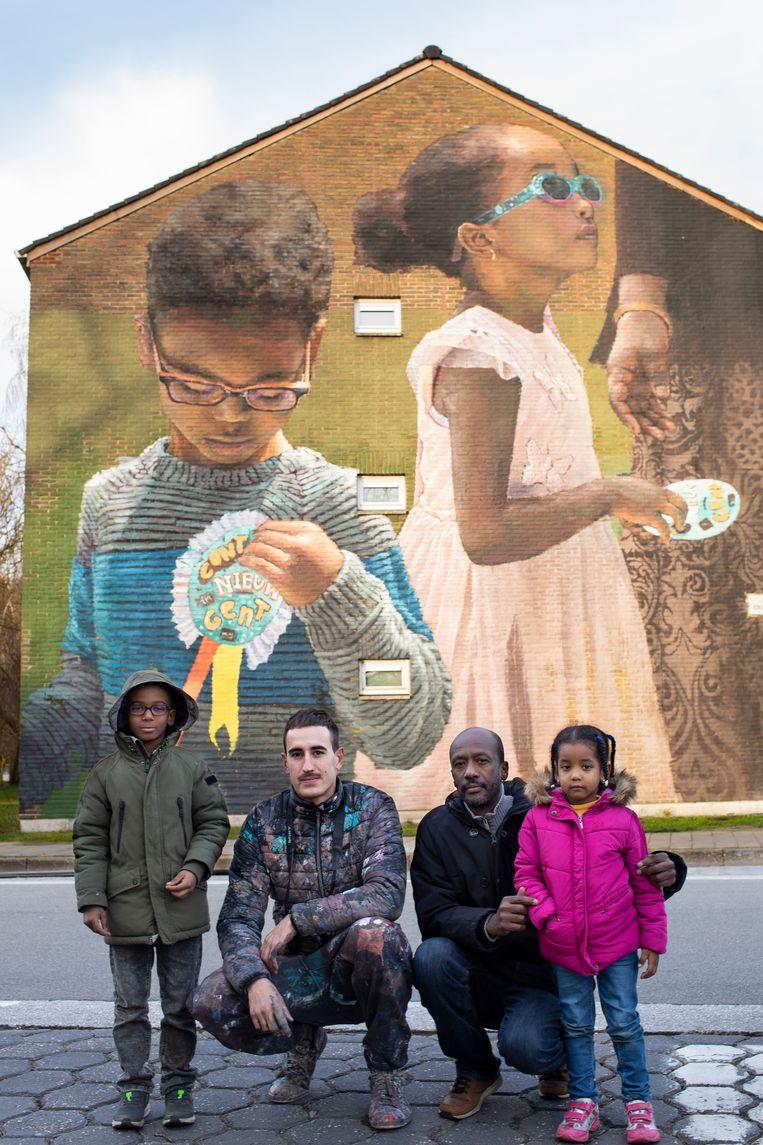 Het werk is gebaseerd op een foto van twee buurtbewonertjes die hier met de kunstenaar Slim Safont en hun trotse papa poseren voor de bewuste muurschildering.