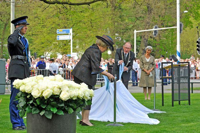 De onthulling van het herdenkingsmonument voor de slachtoffers van Koninginnedag 2009 in Apeldoorn tijdens de enige openbare herdenkingsbijeenkomst een jaar na de ramp.