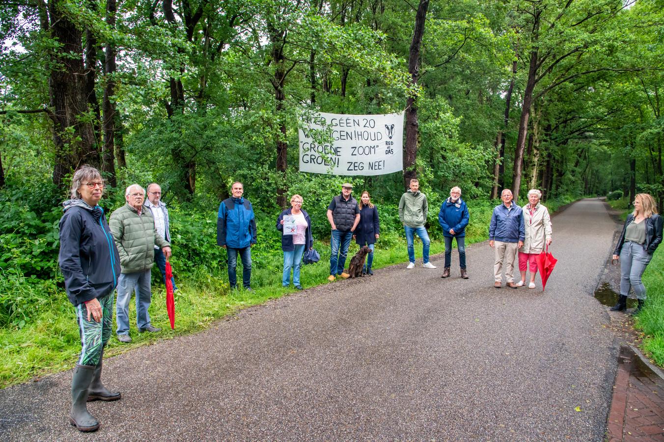 Hanny Scholten (midden, met hond) is initiatiefnemer van een handtekeningenactie en ze heeft spandoeken neergehangen tegen de komst van 20 microwoningen aan de Horloseweg. Veel buurtbewoners steunen het protest tegen de microwoningen.