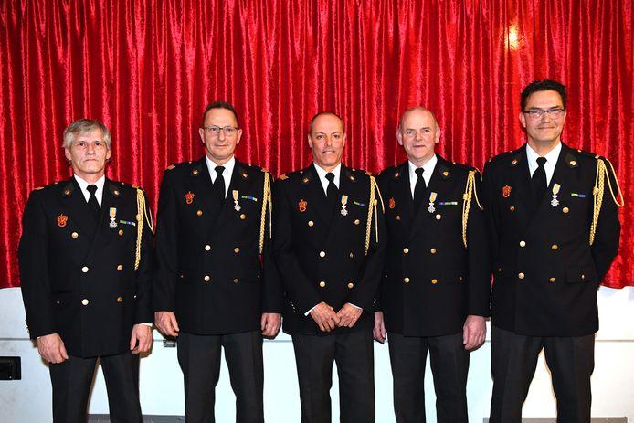 De brandweerlieden met hun lintje. Vlnr: Dik van Dalen, René de Jong, Bert de Roon, Christ van Gurp en Erik de Weijer.