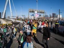 Actiegroep voor klimaat blokkeert Erasmusbrug in Rotterdam; één persoon aangehouden