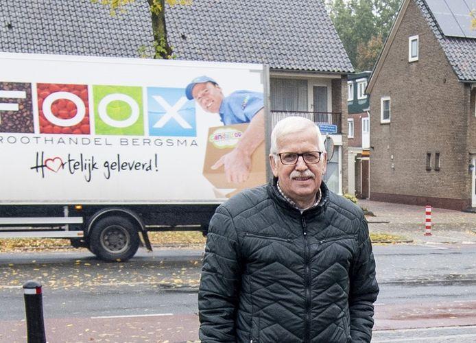 Wim Kuiper midden in de Ossenkoppelerhoek, de wijk waar hij zich met hart en ziel voor inzette.