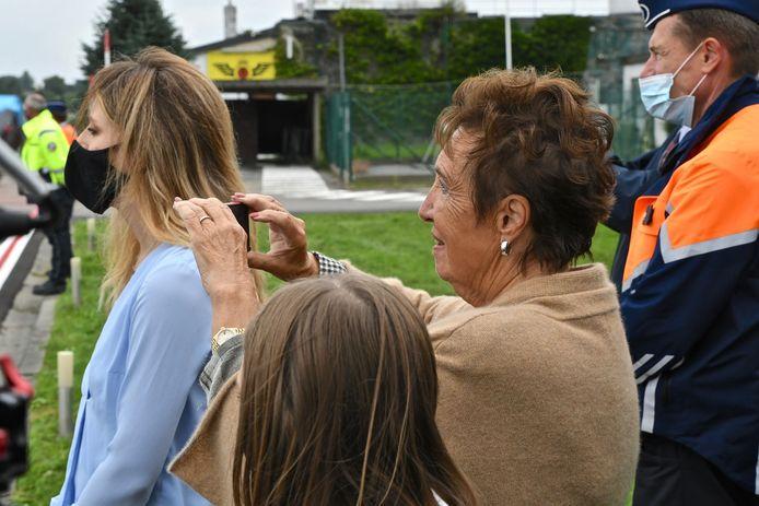 Zara Rutherford vertrok woensdagmorgen onder massale belangstelling uit Wevelgem voor haar solovlucht. Oma kon haar tranen niet bedwingen toen ze vertrok en legt alles vast op camera.