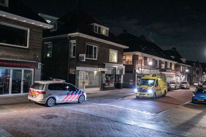 De ambulance brengt het slachtoffer naar het ziekenhuis.
