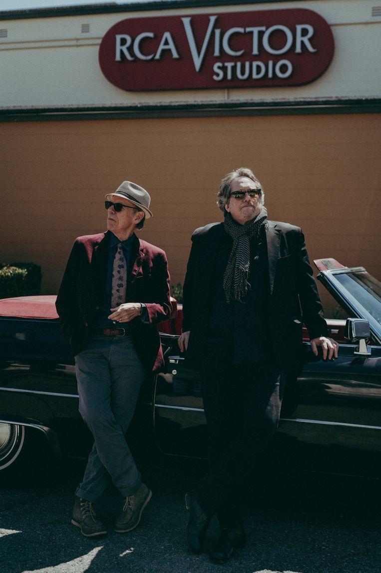 John Hiatt (links) en dobrospeler Jerry Douglas voor de studio in Nashville waar ze hun album Leftover Feelings hebben opgenomen. Beeld Zach Pigg