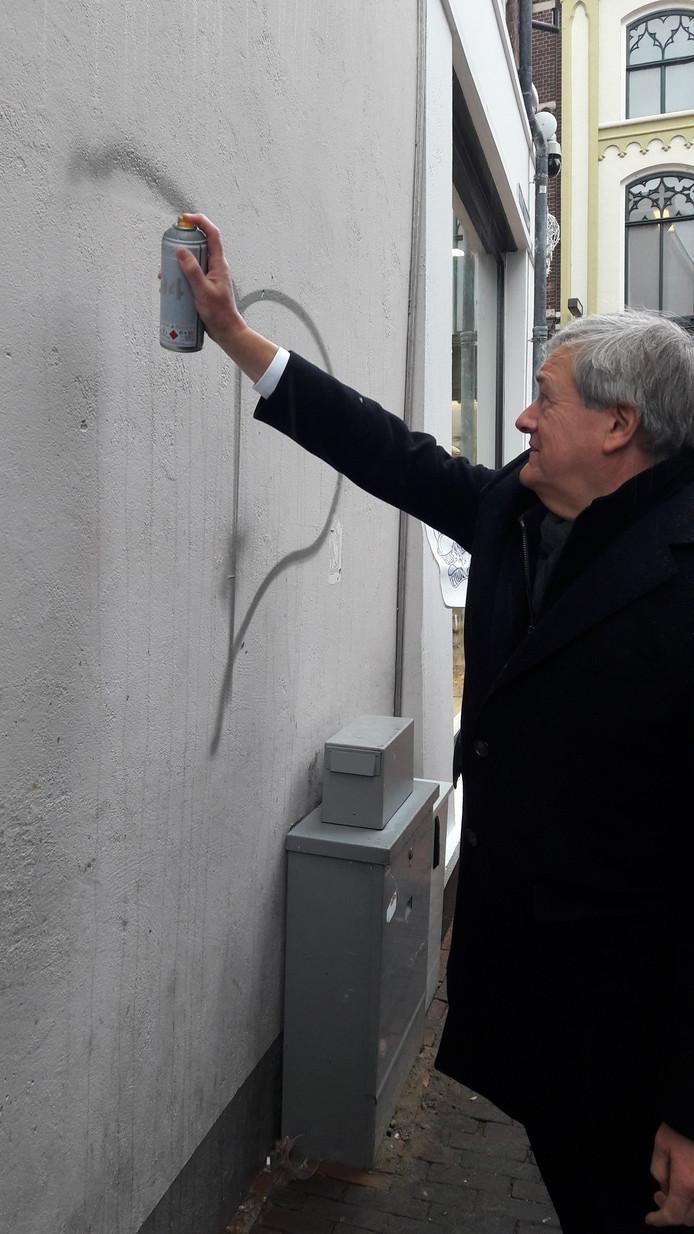 De eerste strepen van een nieuw graffitiwerk in de Korte Putstraat