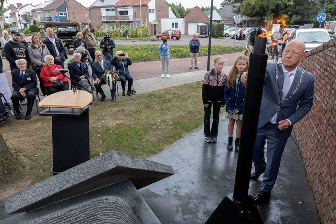 In Nuenen ontsteekt burgemeester Houben de vlam tijdens de herdenking van de bevrijding.